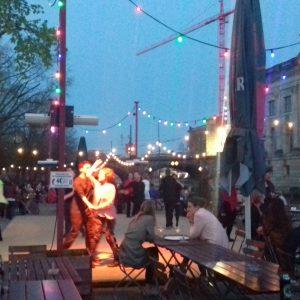 Fiesta y baile junto al río Spree (Berlín)