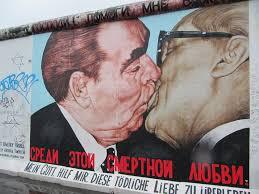 Graffiti del muro de Berlín de los líderes comunistas Erich Honecker, de Alemania Oriental, y Leónidas Breznev, de la Unión Soviética besándose.