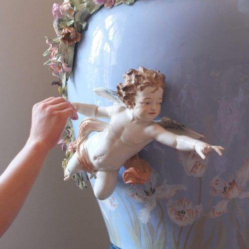 One of our blind guests is exploring an porcellain angel of the Meissen prcelain factory in Dresden